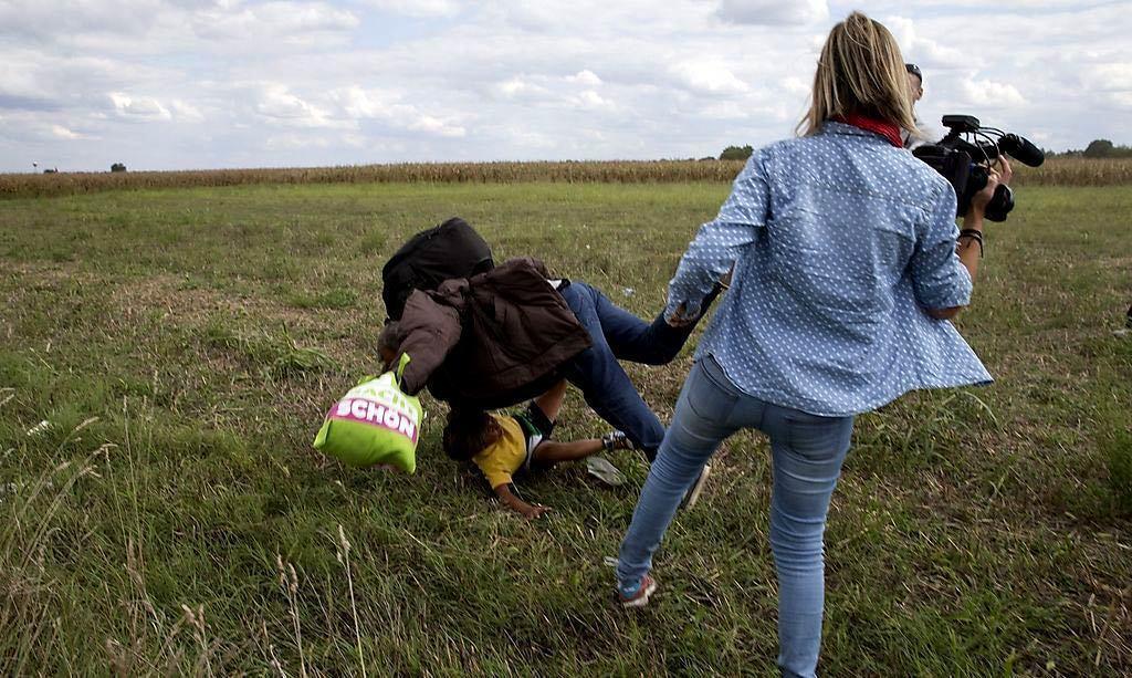 一則新聞畫面,匈牙利女記者蓄意絆倒奔跑中的難民穆森與其兒子薩伊德,引起全球公憤。...