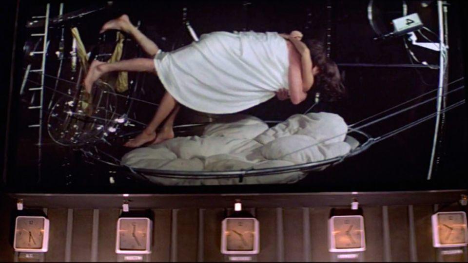 「太空城」中龐德與女郎的「無重力床戲」,令觀眾印象深刻。圖/摘自avclub
