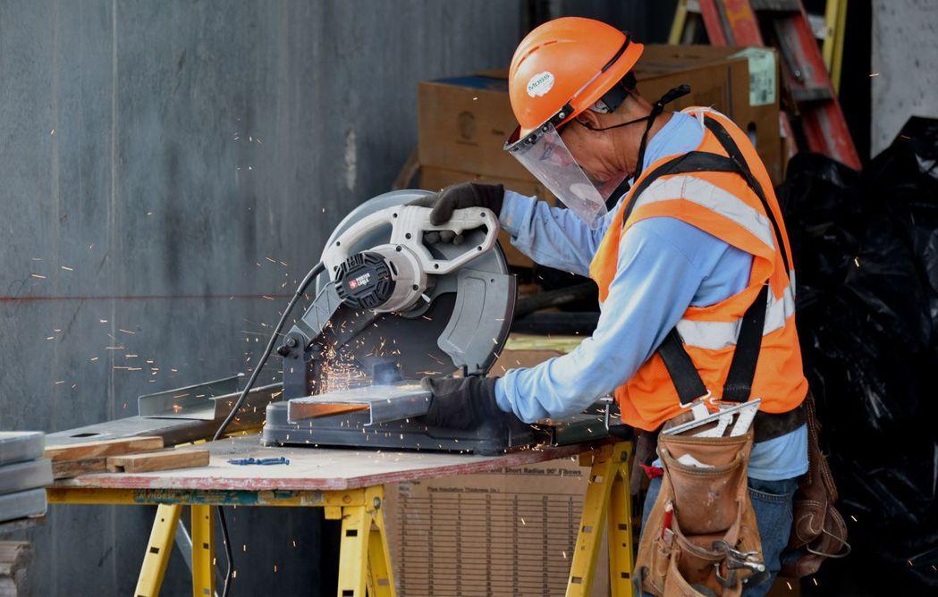 Fed褐皮書說美國落干地區出現建築工人短缺,使建築景氣受限。(彭博資訊)