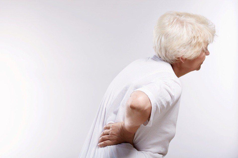 根據衛福部國健署統計,逾50歲民眾每100人中,就有12人有骨質疏鬆症。圖/聯合...
