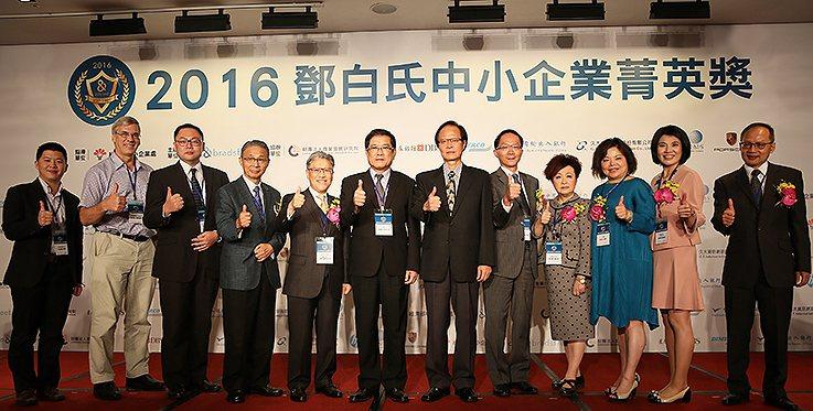 經濟部常務次長楊偉甫(左六)與「出口價值網」聯盟夥伴等貴賓合影。 曹松清/攝影