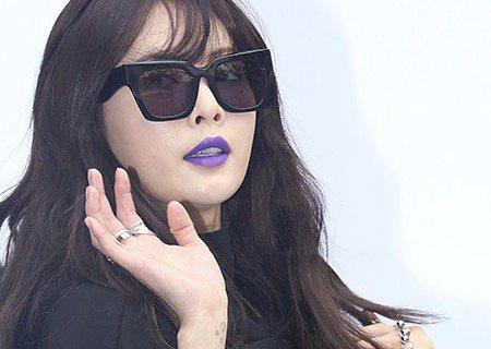 有「性感小野馬之稱」的韓國女星泫雅,21日出席首爾東大門DDP所舉辦的時裝周活動,她穿著寬鬆的黑色大T恤,還戴著黑色太陽眼鏡,嘴上塗著紫色口紅,一出場馬上成為眾所注目的焦點。有網友看了泫雅這造型,還...