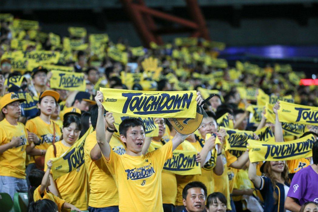 滿場的中信兄弟球迷迎來台灣大賽第一勝。 記者黃仲裕/攝影
