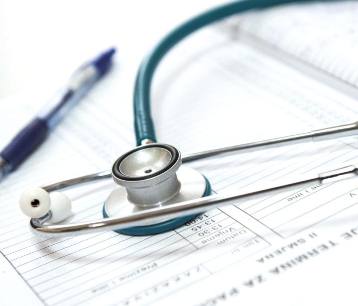 許多患者不分輕重緩急隨意就醫,或多次、重複就診,造成輕症病人擠爆醫學中心,大型醫...