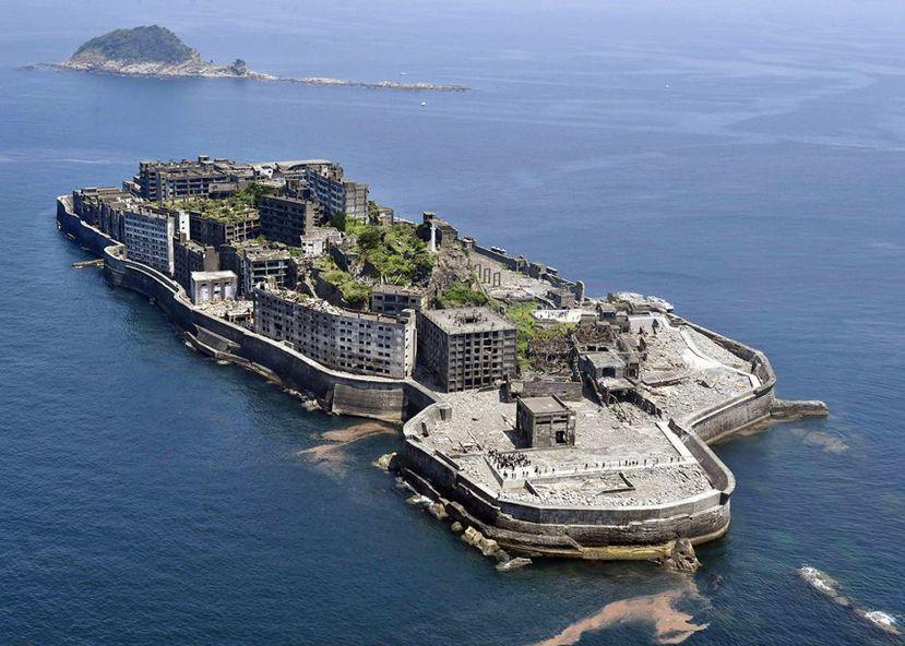 軍艦島:為了大量開採煤炭,三菱財團招募許多人力,填海造路,將島擴充三倍。 圖...