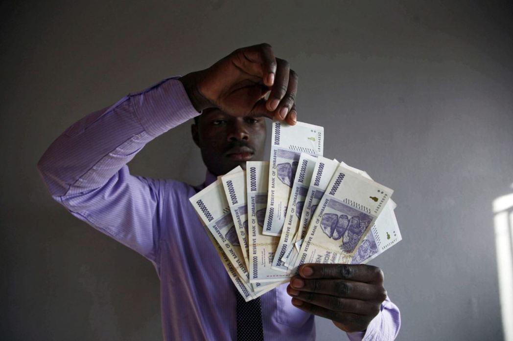 武裝奪回土地,卻受到歐美經濟制裁,通貨膨脹率瘋狂飆升後鈔票全成了廢紙。 圖/歐新...