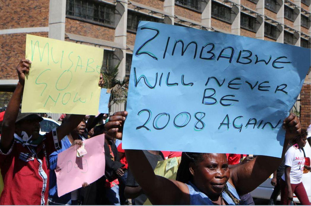 辛巴威的抗議民眾,反對穆加比的萬年專政,拒絕重演2008年通貨膨脹的慘劇。 圖/...