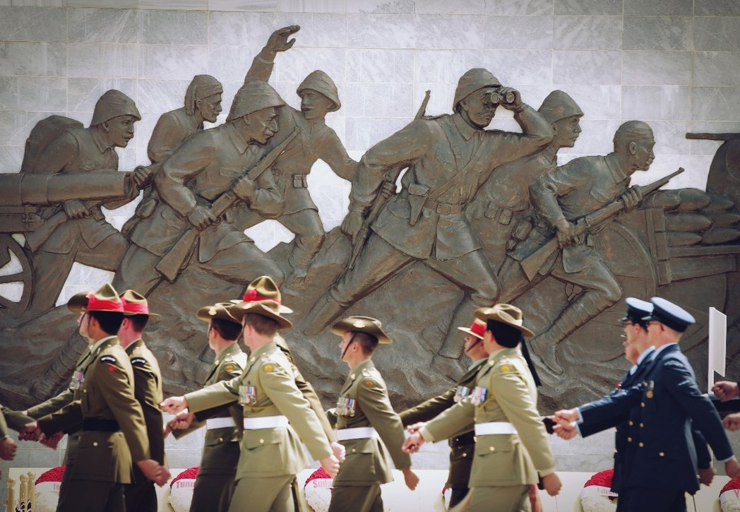如果能和歷史對話,你會問他什麼問題?圖為加里波里戰役紀念儀式中,英國、澳洲與紐西...