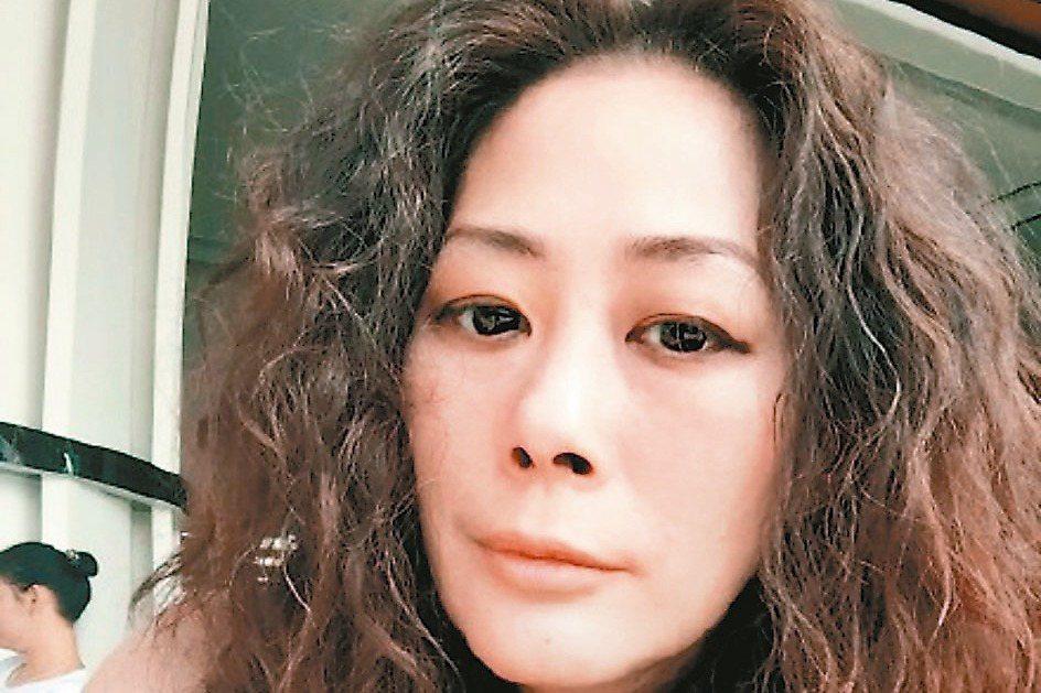 香港蘋果日報報導,今年50歲的女歌手關淑怡16日清晨在大嶼山愉景灣一間酒店餐廳中