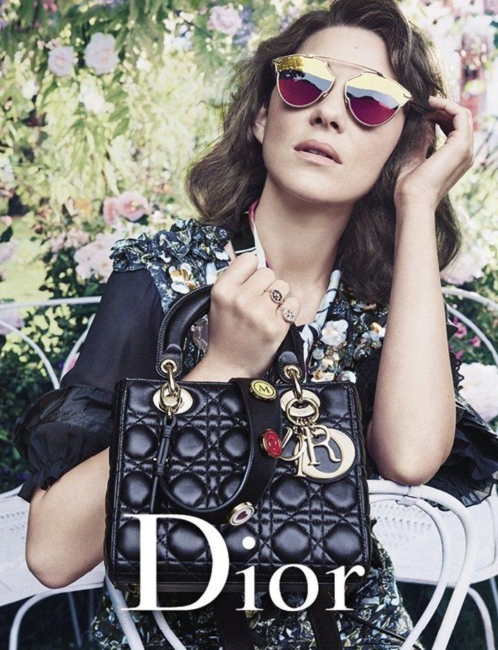 瑪莉詠柯蒂亞拿的訂製款Lady Dior包上,有她的英文名M、C縮寫。圖/摘自j...