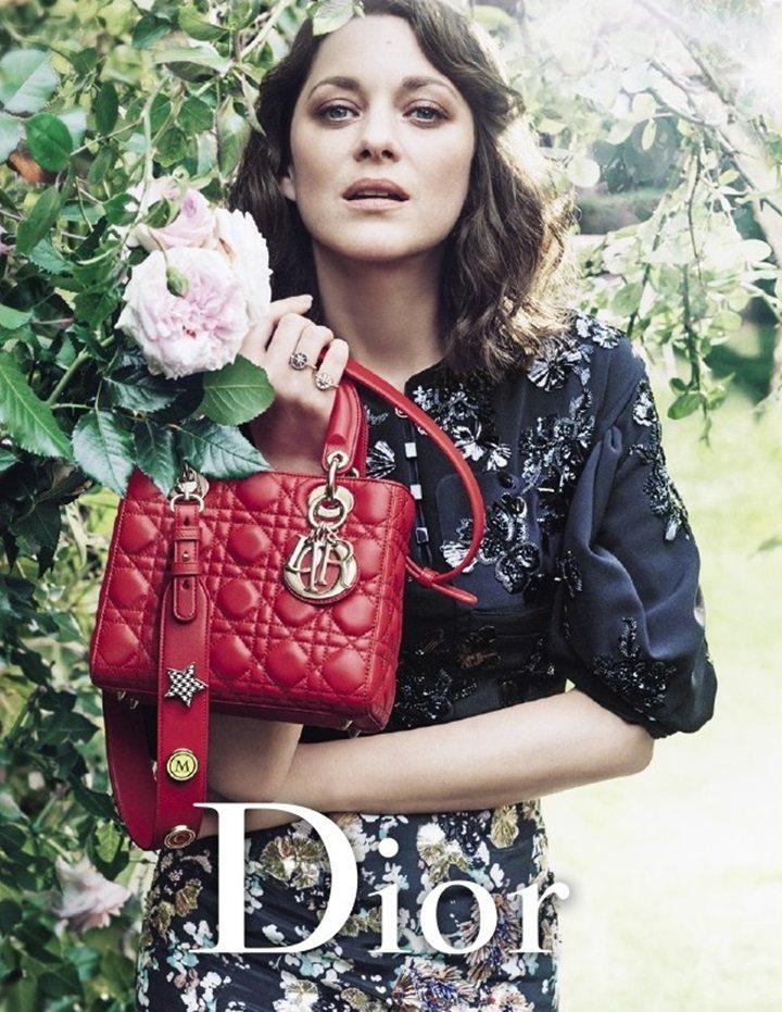 瑪莉詠柯蒂亞親自展示紅、黑、湖水綠3色Lady Dior包。圖/摘自justja...