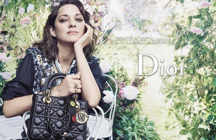 瑪莉詠柯蒂亞穿著Dior 2017早春度假系列服裝,手拿Lady Dior訂製包...