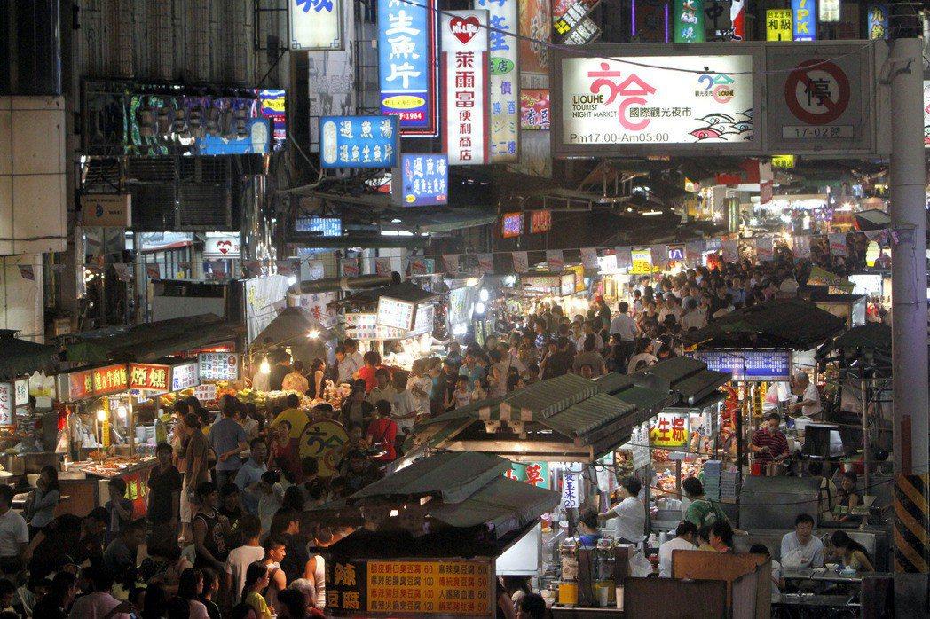 高雄六合夜市過去人潮洶湧,如今榮景不再。圖/本報系資料照