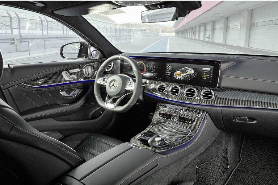 內裝維持 E-Class 的精髓,並大量使用碳纖維飾板。 摘自 Mercedes...