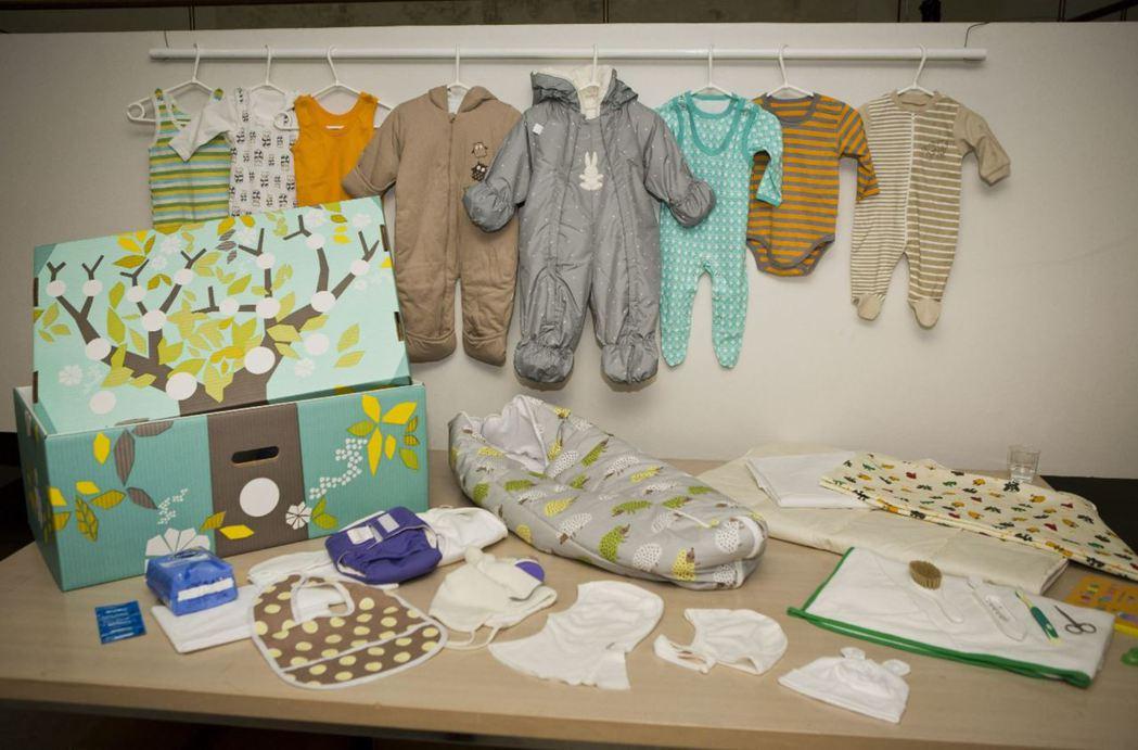 「寶寶盒」就像是一個父母起始組合包,盒子堅固耐用,剛出生的寶寶還可睡在裡面,內容...