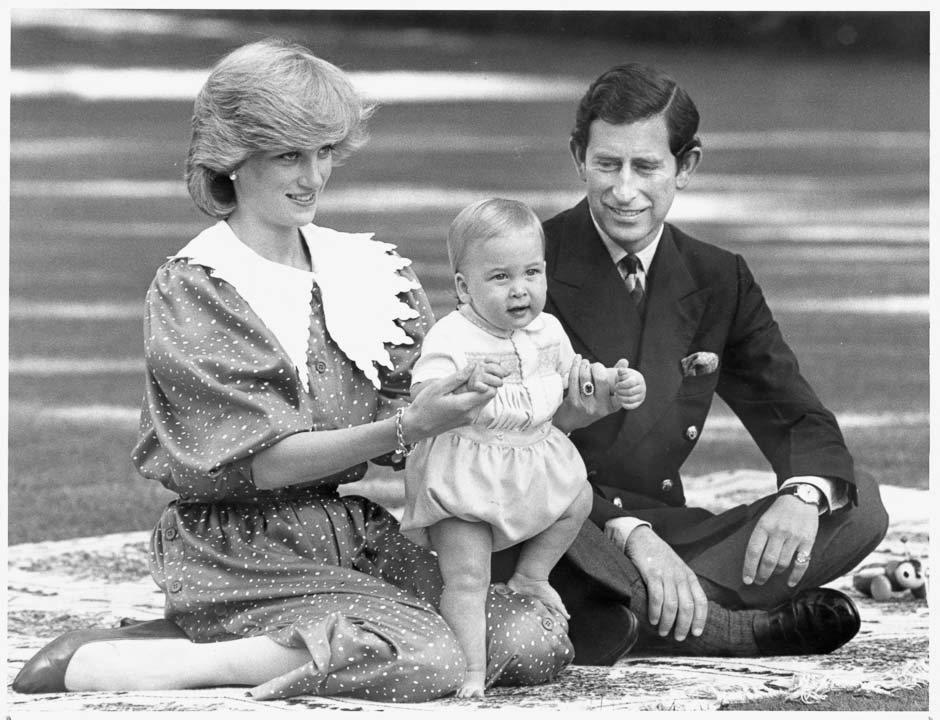 1983年,十個月大的威廉王子,曾伴隨著查爾斯王子和戴安娜王妃出訪,蹬著胖胖小腿...