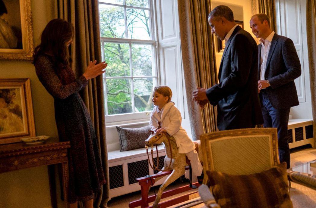 美國總統歐巴馬,曾送給喬治小王子玩具木馬。 圖/路透社