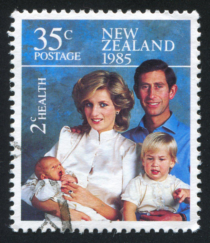 選擇帶著孩子出訪,查爾斯和戴安娜彰顯了對於養育王室下一代的不同作法,親手照護孩子...
