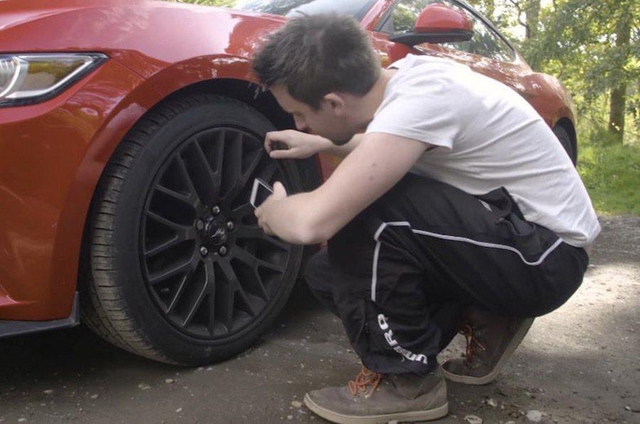 輪胎與煞車的檢查。 截自Car Throttle影片