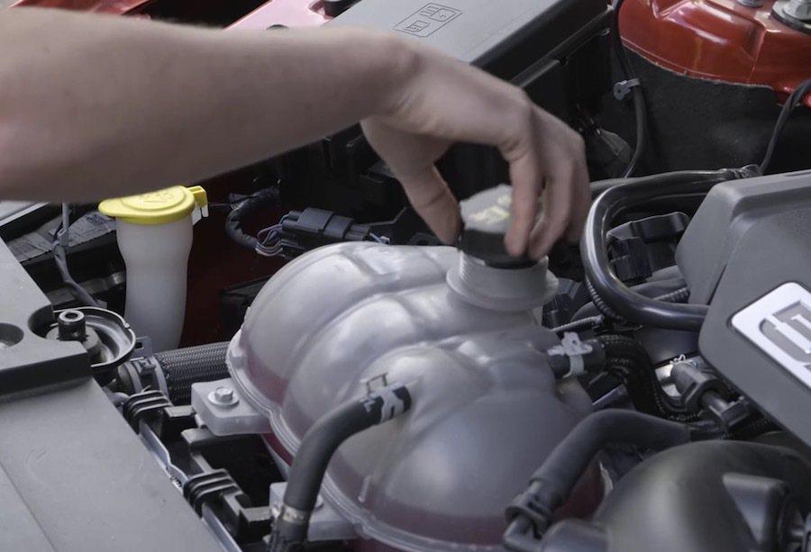 冷卻水高度檢查更是不可少。 截自Car Throttle影片