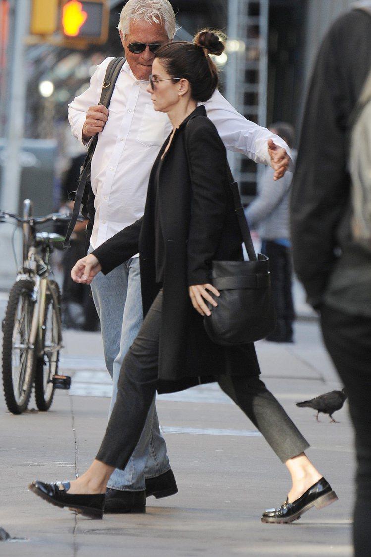 女星珊卓布拉克在紐約街頭背黑色Gemini Link包。圖/Tory Burch...