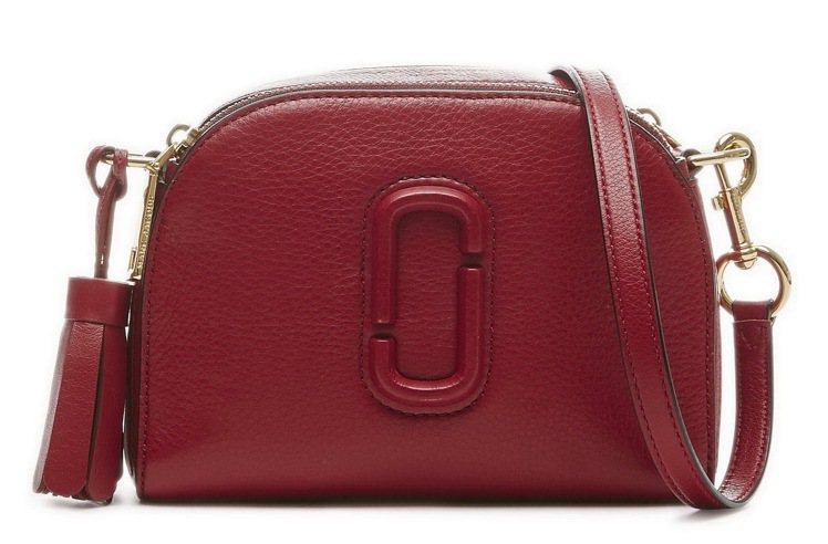 櫻桃紅Shutter相機包,15,900元。圖/Marc Jacobs提供
