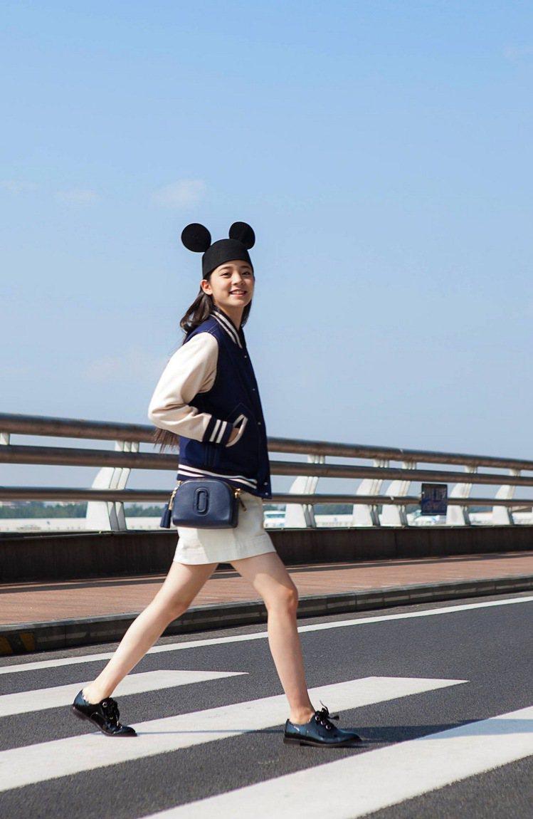 歐陽娜娜背Shutter相機包。圖/Marc Jacobs提供