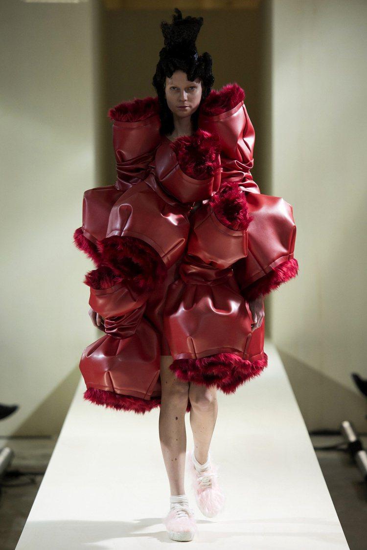 突破結構框架和衣裝輪廓,川久保玲的設計作品總有無以名狀的創意。圖/取自Pinte...