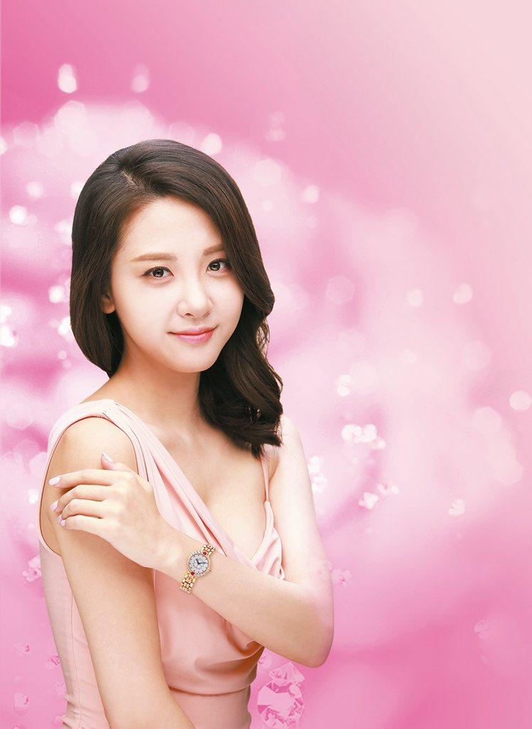 韓國女星鄭荷娜完美呈現愛其華山茶花系列腕表的柔美特質。圖/Ogival提供