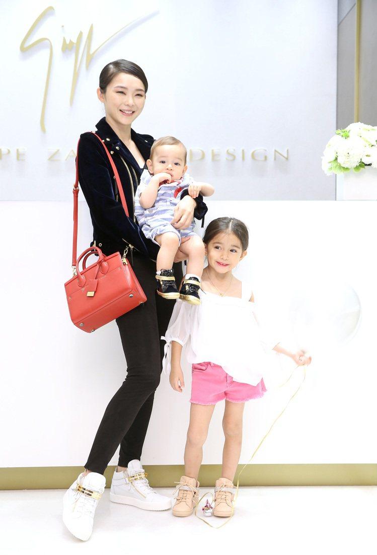 金禧和家中兩寶一起穿上Giuseppe Zanotti Design鞋履,展現親...