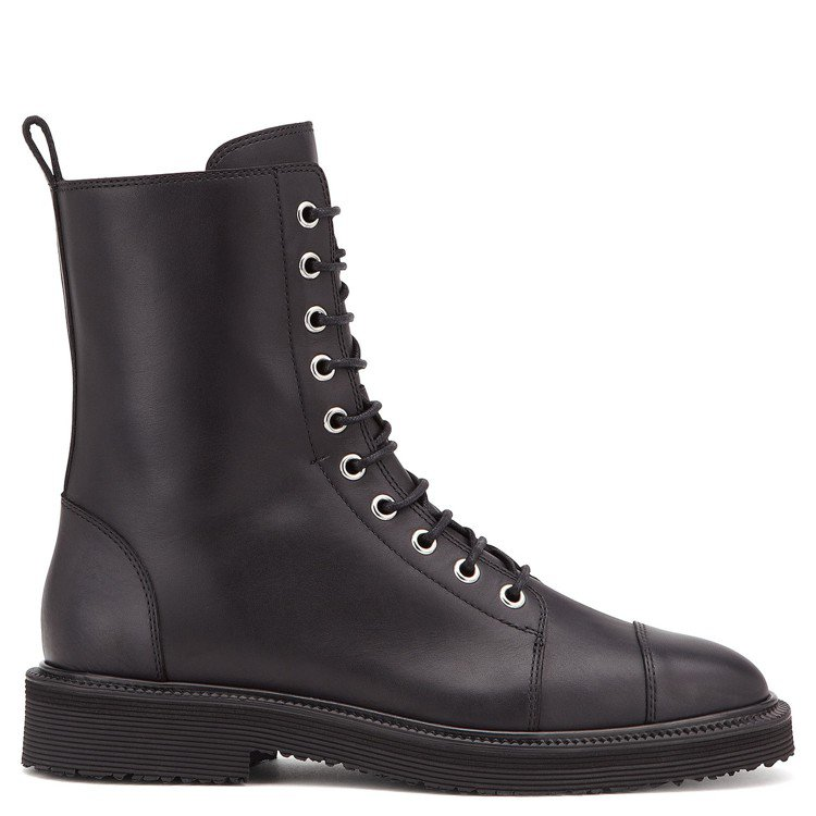 皮革繫帶短筒靴,售價39,800元。圖/ Giuseppe Zanotti De...