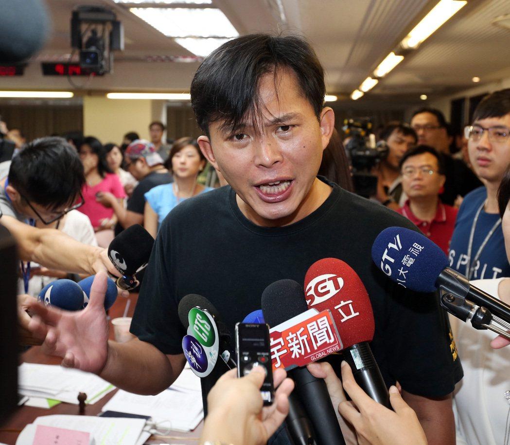時代力量立委黃國昌含淚痛批民進黨,「立法院是你們開的嗎?」 記者曾吉松/攝影
