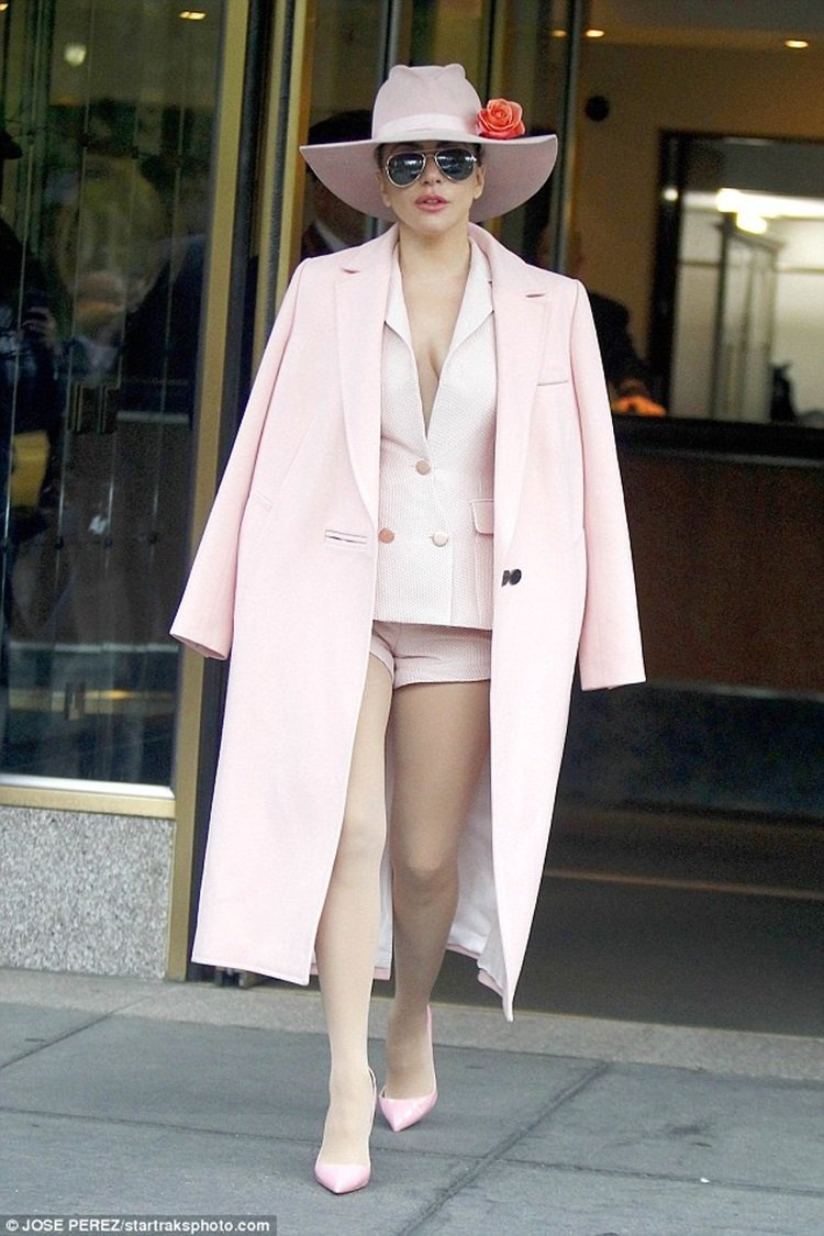 Lady Gaga身穿粉紅色courreges 2016秋冬長大衣。圖/取自ju...