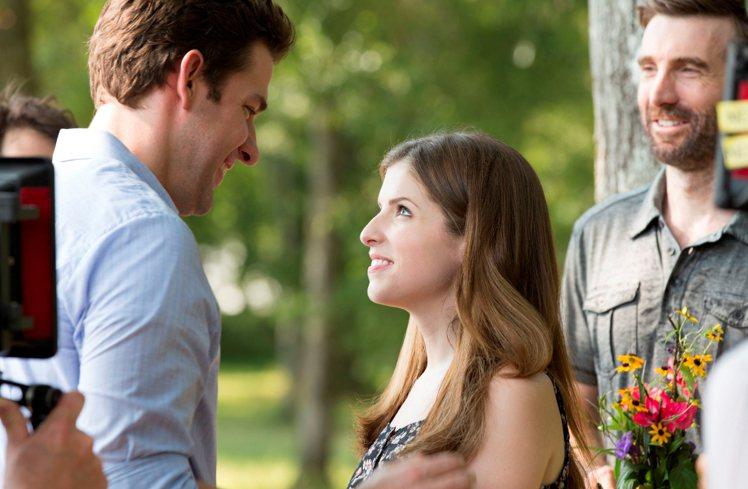 安娜坎卓克與約翰卡拉辛斯基在《重返心原點》飾演情侶。圖/Catchplay提供
