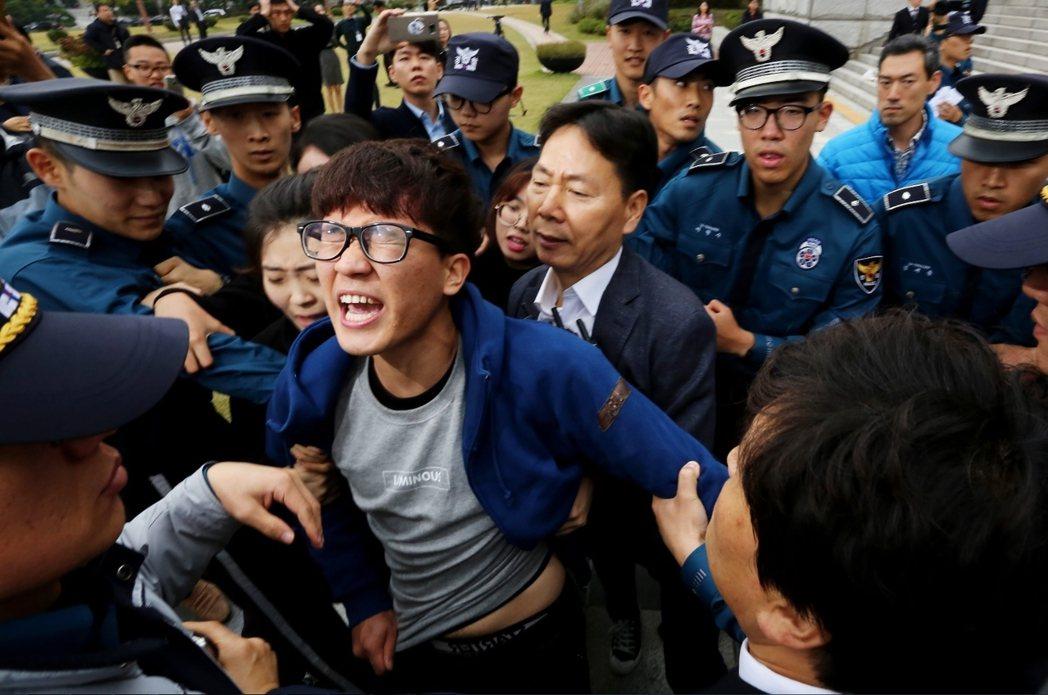 越來越多南韓閱聽眾已無法接受自己是「被馴化」的對象。圖為2016年10月26日,...