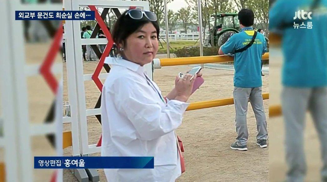 朴槿惠總統的密友崔順實(圖),日前遭在野黨舉發,指其不僅干涉國政,更透過特權獲取...