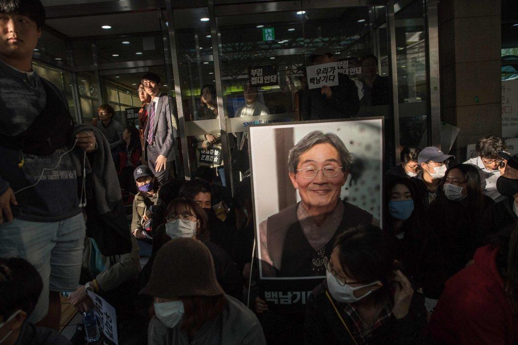 「垃圾記者都滾啦!」在首爾大學醫院的白南基事件示威現場,我聽見了民眾的憤怒。 圖...