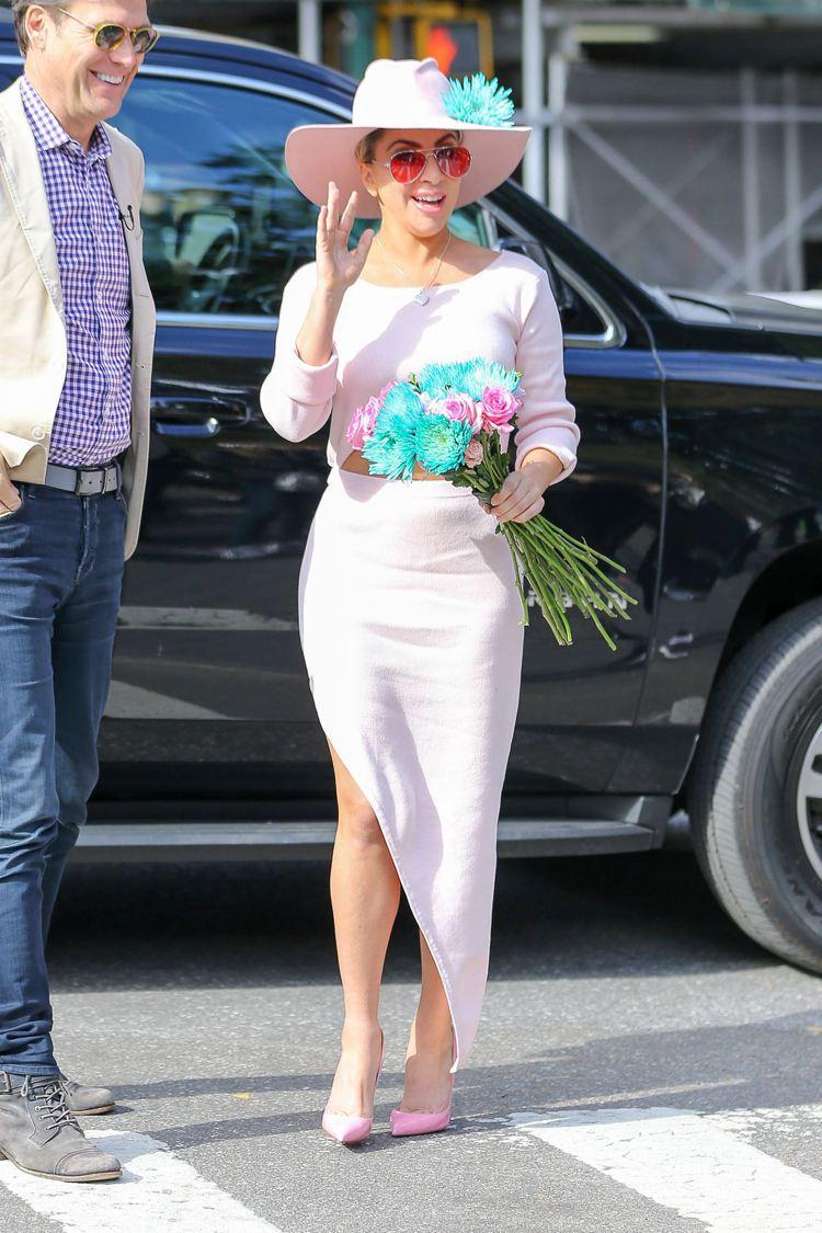 Lady Gaga穿Baja East訂製的粉色中空裝,手上的花朵配色搶眼。圖/...