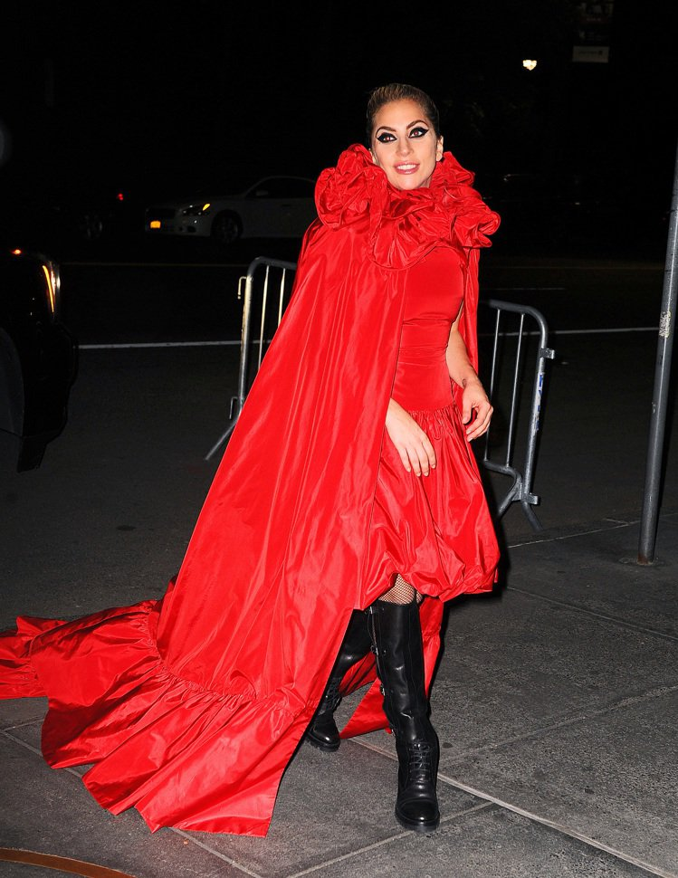 Lady Gaga將VALENTINO 2016秋冬高級訂製大紅色斗篷禮服穿得相...