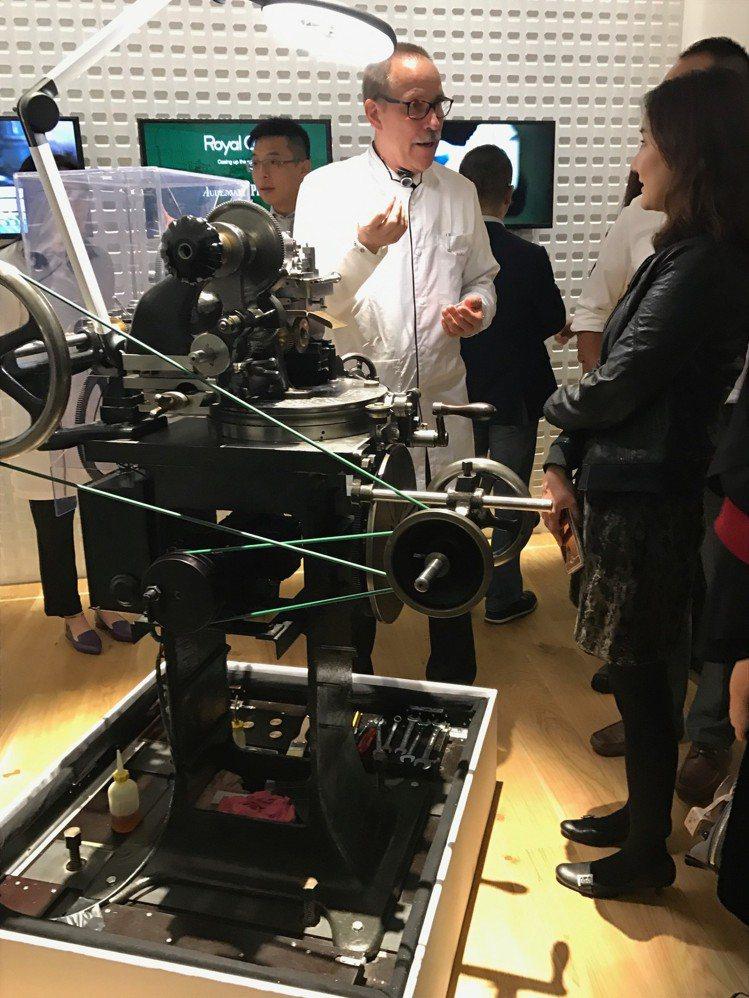 愛彼品牌展覽現場有從瑞士遠道而來的製表工匠為民眾解說相關過程。記者祁玲/攝影