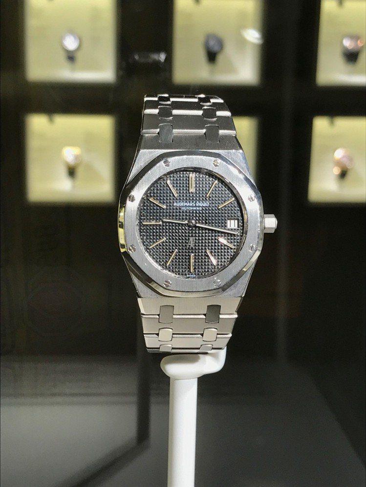愛彼在上海舉行品牌展覽,展出多款骨董表,此為1972年推出的皇家橡樹腕表。記者祁...