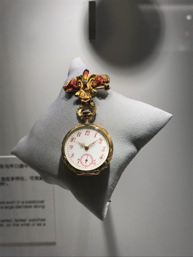 愛彼在上海舉行品牌展覽,展出多款骨董表,此為1900年左右的胸針懷表。記者祁玲/...
