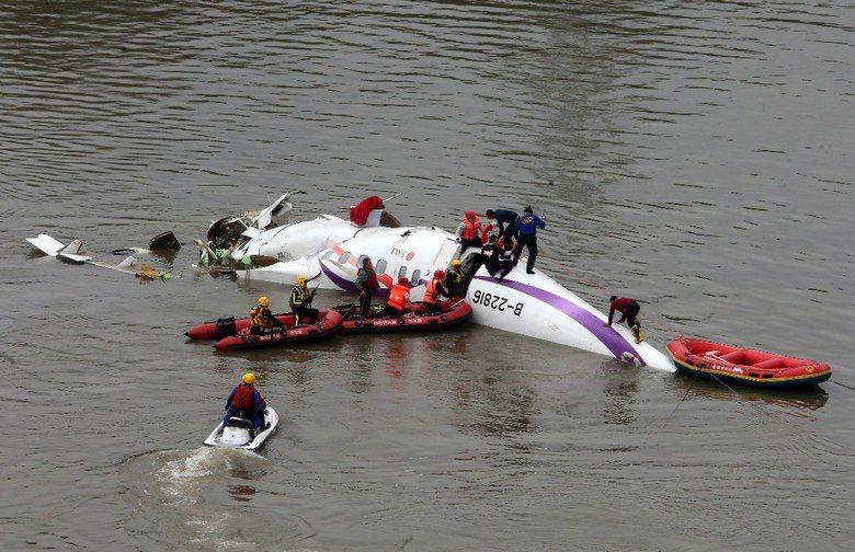 當到達現場時,機體正在下沈,第一梯次到達的救災人員顧不得安全裝備還沒穿戴完成,直接跳下河去搶救民眾,救人都來不及了,還要花時間評估安全嗎? 圖/聯合報系資料照片