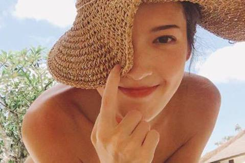 許瑋甯日前(27日)在臉書曝光一張泳裝照,照片中的她戴著大帽子、穿著比基尼,微彎的身軀面對鏡頭,還用帽子遮住半張臉,畫面非常俏皮。不過,或許是因為角度的關係,有網友反應遠遠看「以為裸體」,還有網友說...