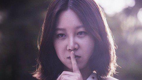 目前正在接演「嫉妒的化身」女主角孔曉振(孔孝真),最近參與新電影「Missing:消失的女人」即將上映,而片商也曝光電影海報,海報中意外曝光她在片中的造型。孔曉振在劇中飾演一名中國籍的保姆,而她在片...
