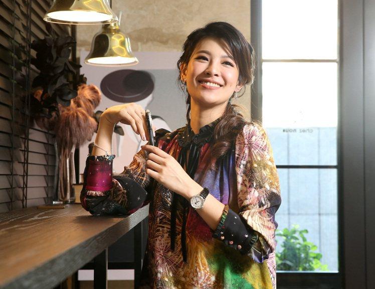 林若亞在Roberto Cavalli印花洋裝的烘托下,把萬寶龍寶曦月苑精鋼鑲鑽...