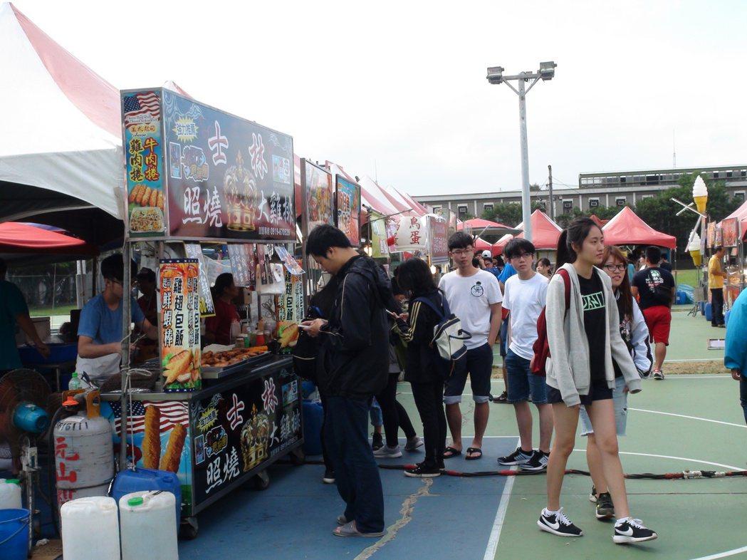 明新科技大學50年校慶,園遊會吸引學生和社區居民品嘗美味小吃。記者羅緗綸/攝影