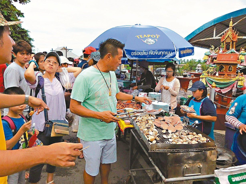 街邊烤海鮮新鮮美味。 記者梅衍儂/攝影