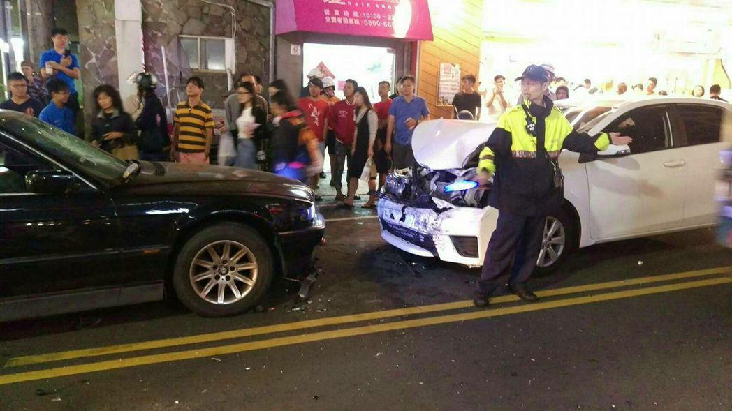 台中市東海商圈上月發生一起行車糾紛,黑色BMW大7不斷倒車衝撞白色TOYOTA ...