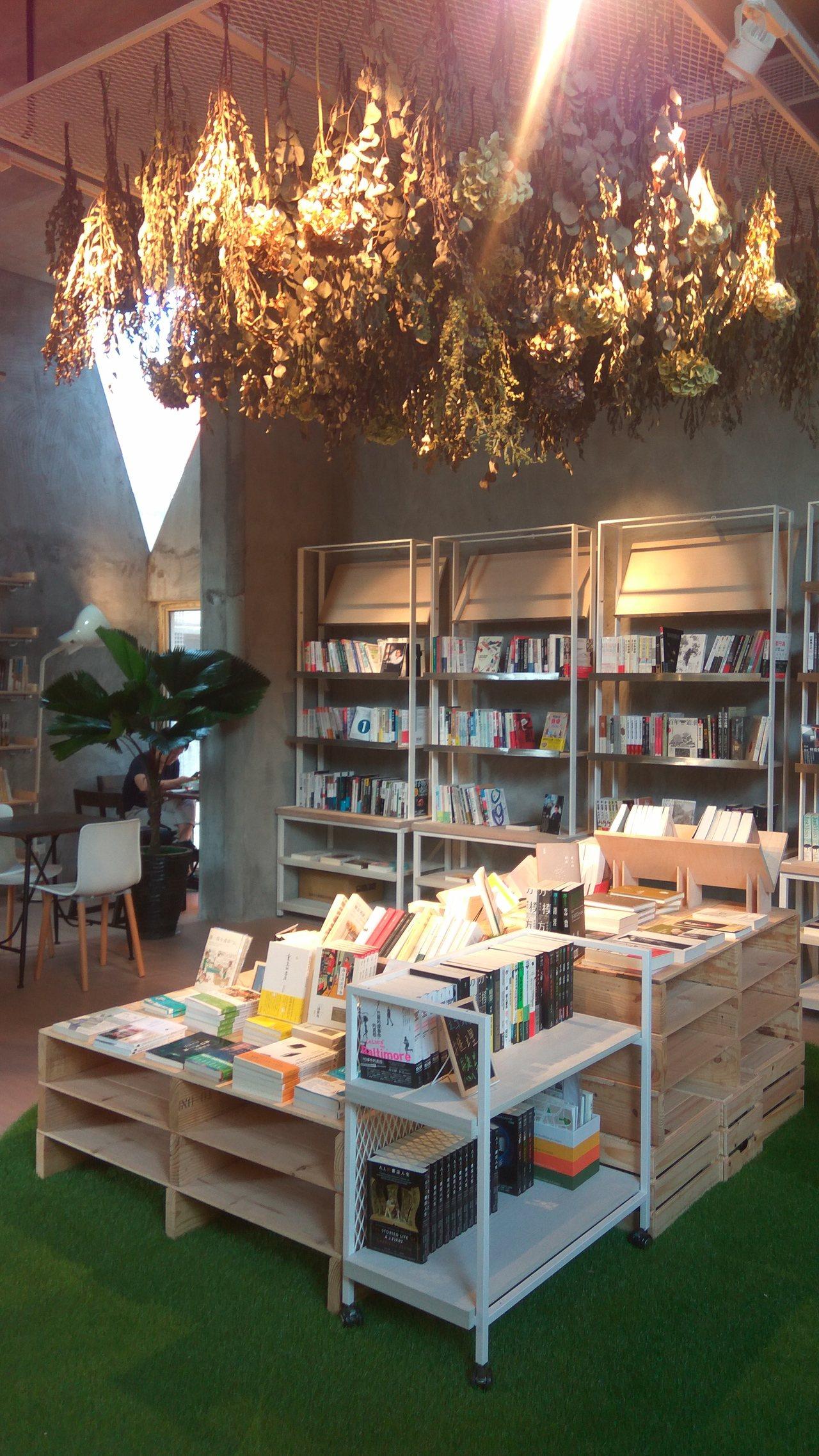 位於華山文創園區的青鳥書店,在網路上被譽為是「最有氣質書店」,10月1日試營運至...
